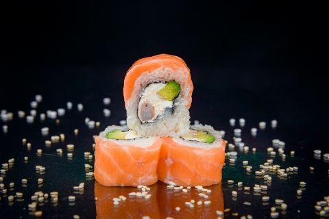 Ролл Фуджи с лососем и креветкой